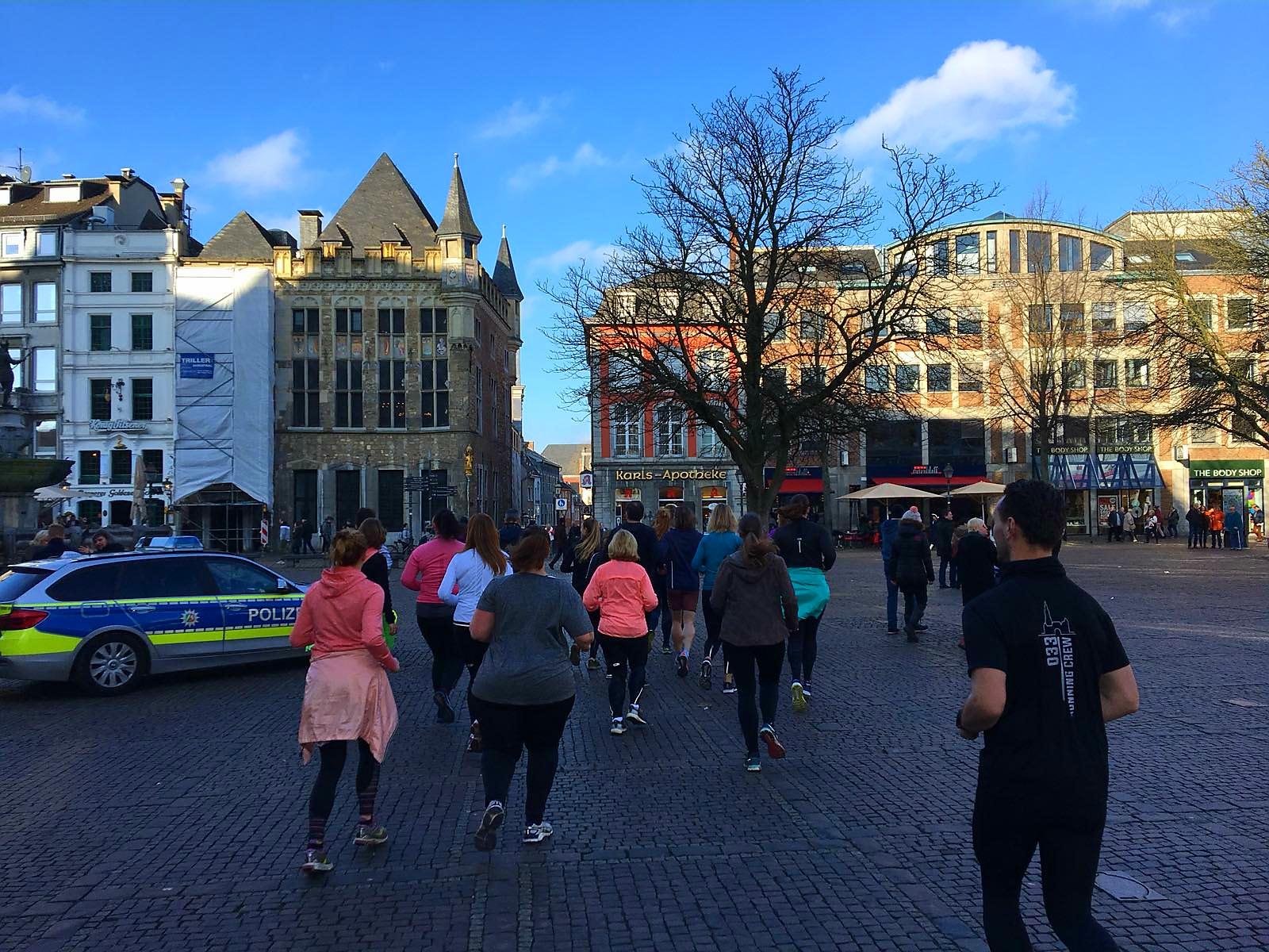 Hardlopen in Aken, joggend door de stad