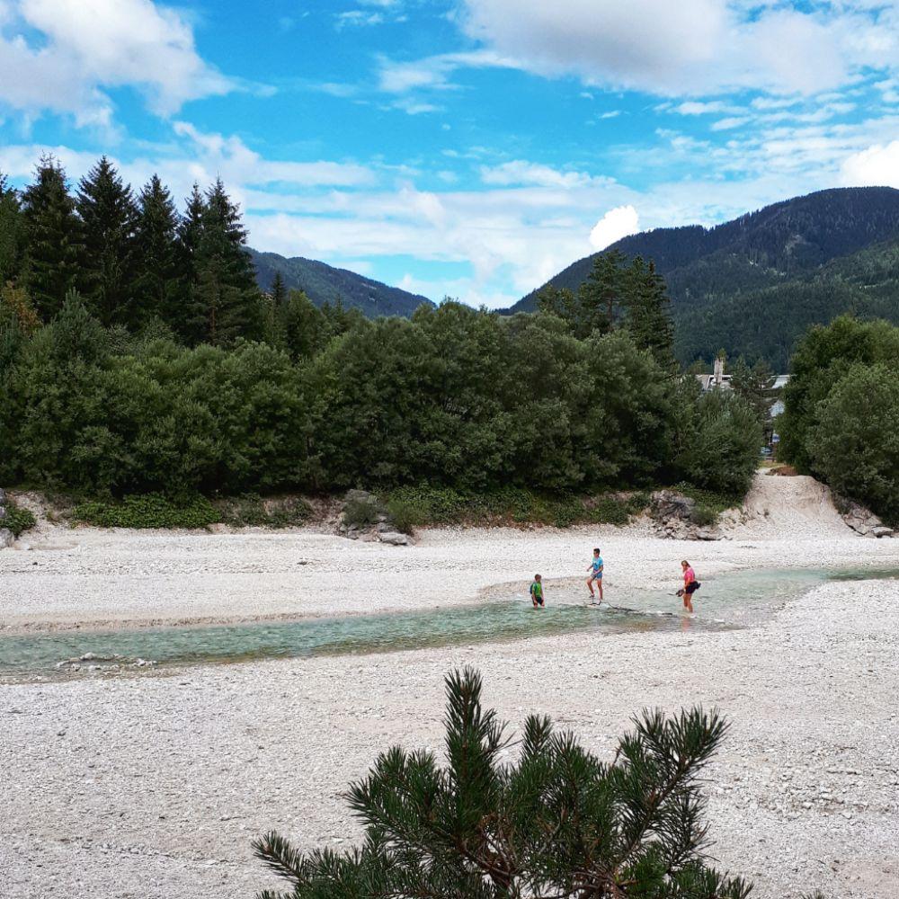 Hardlopen in Slovenië-kindjes in de rivier