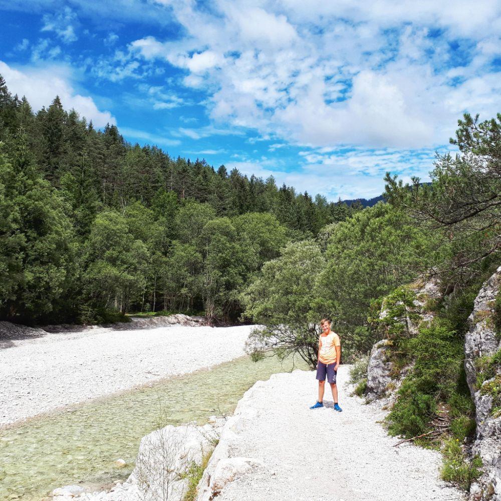 Hardlopen in Slovenië-witte stenen van de rivier