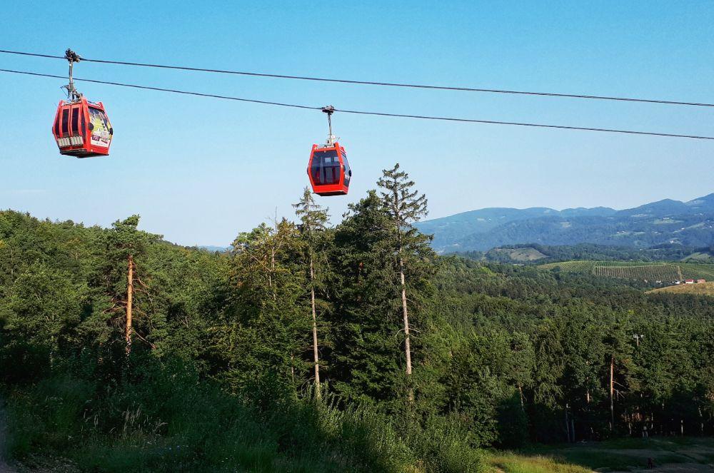 Hardlopen in Pohorje - rode cabines van de skilift